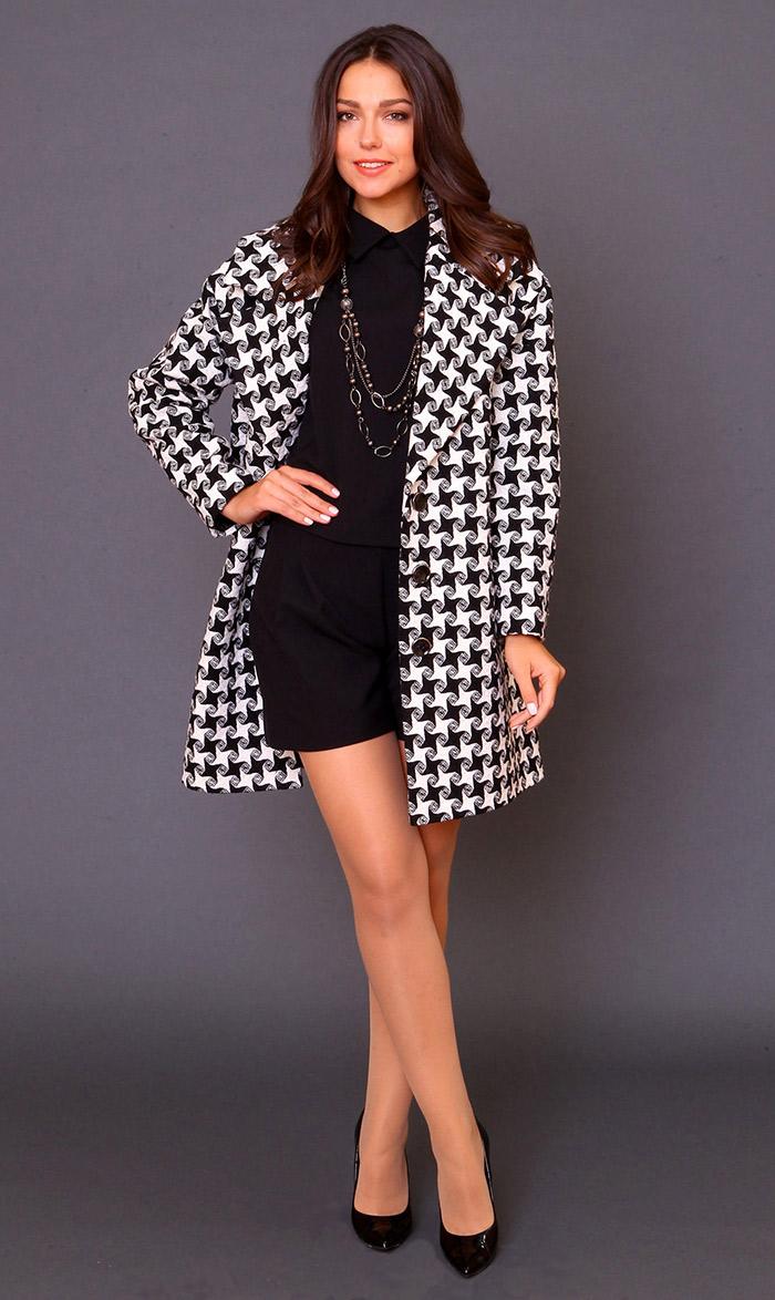 пальто c черно-белым принтом